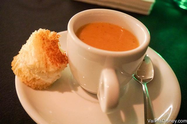 A sopa de tomate com mini queijo quente servida na experiência