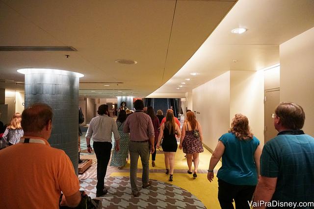 Participantes do Highway in the Sky Dine Around caminhando em direção ao monorail
