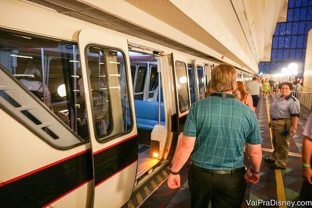 Visitantes a caminho do monorail no Highway in the Sky Dine Around
