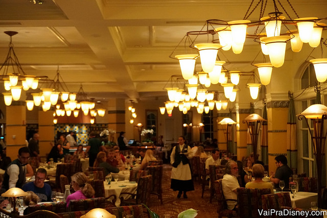 O interior bem iluminado por lustres do Citricos, restaurante super tradicional do Grand Floridian