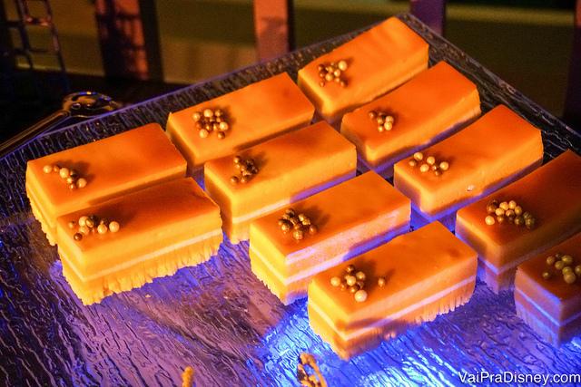 O Blood Orange Cake com decorações douradas