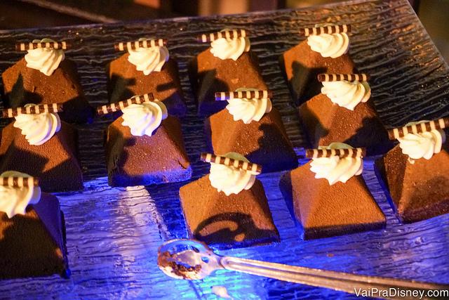Foto do bolo de chocolate sem farinha em forma de pirâmide com chantilly em cima