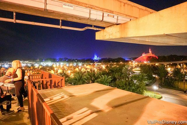 Vista dos fogos no final do Highway in the Sky Dine Around no deck do Contemporary