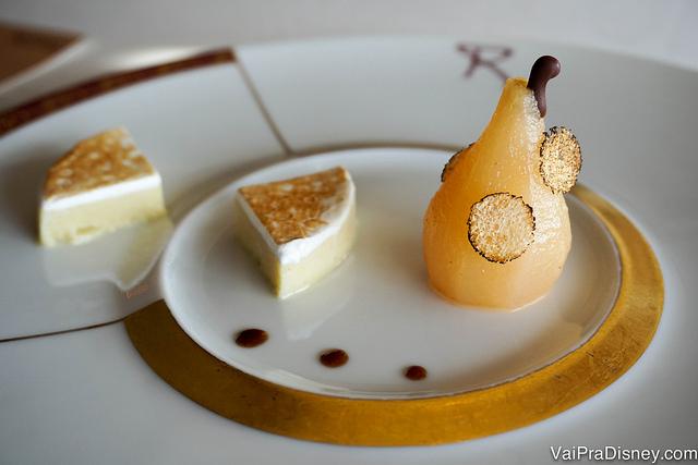 Foto do primeiro prato, uma sobremesa com uma mini pera e um creme firme ao lado.