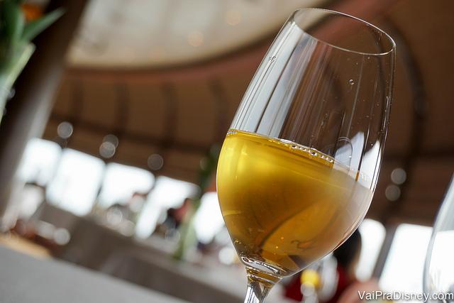 Foto da taça de vinho branco servida com o primeiro prato na Remy Pompidou Dessert Experience