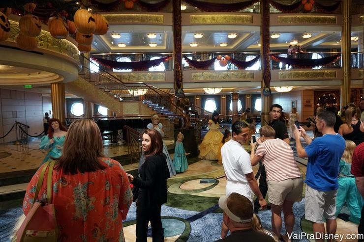 Foto dos visitantes na fila rápida para encontrar várias princesas de uma vez só no Disney Fantasy