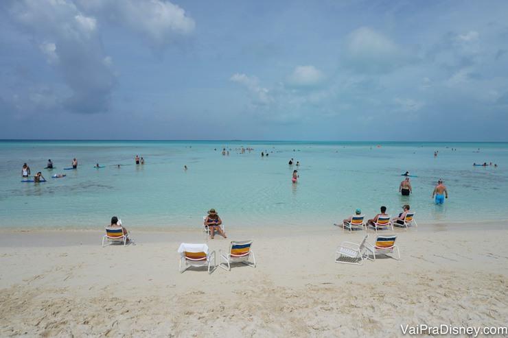 Foto da areia clara e da água transparente de Castaway Cay, a ilha da Disney nas Bahamas