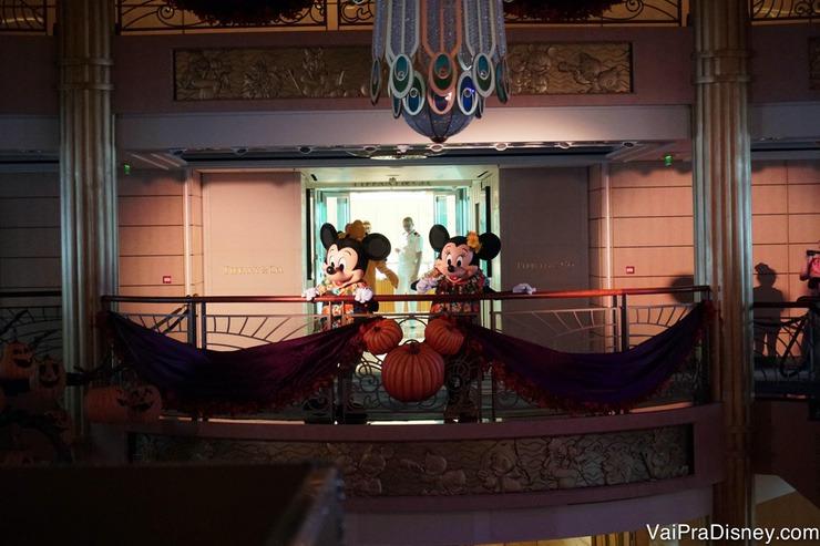 Foto da Minnie e do Mickey na festinha com os personagens da Disney que estava rolando no átrio