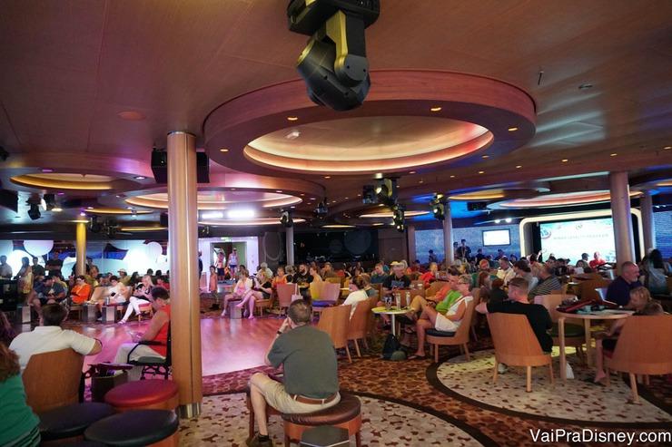 Foto do salão do navio onde acontece o bingo