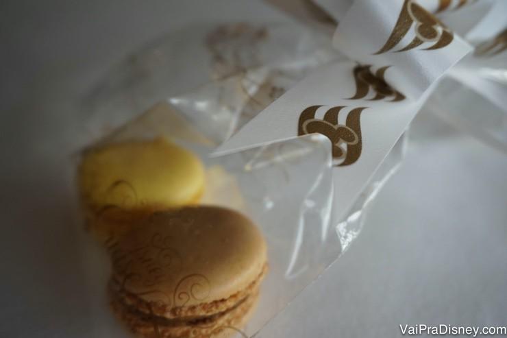 Foto dos dois macarons de brinde na degustação de sobremesas do Remy
