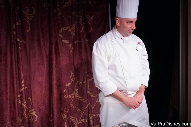 Foto do chef de confeitaria do Disney Fantasy que fez a demonstração culinária para os visitantes