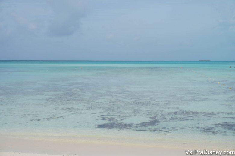 Foto da areia clara e do mar azul turquesa de Serenity Bay, a praia só para adultos na ilha da Disney, Castaway Cay, das Bahamas. O cruzeiro Disney do Caribe passa por ela