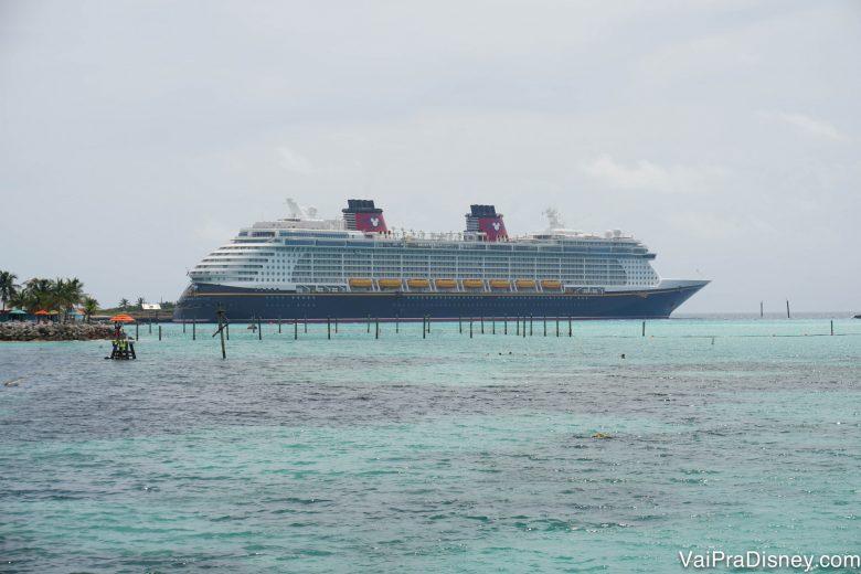 Foto do navio do cruzeiro da Disney parado em Castaway Cay, a ilha da Disney nas Bahamas