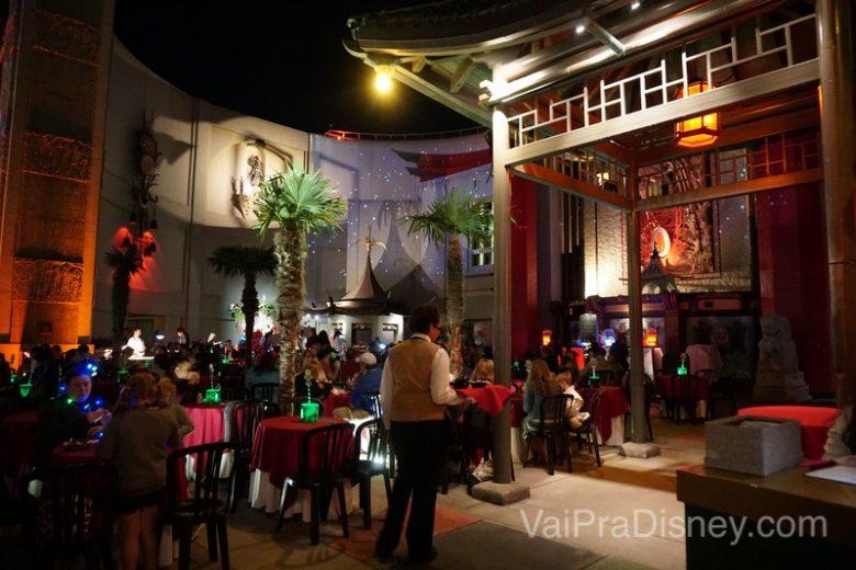 Foto do espaço onde acontece a Jingle Bell, Jingle BAM! Holiday Dessert Party, bem em frente ao teatro Chinês