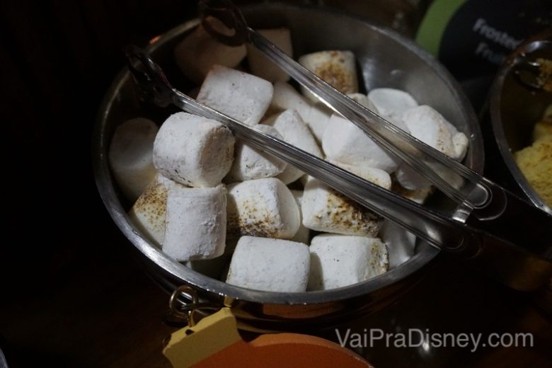 Foto da tigela de marshmallow já tostadinho para comer com fondue de chocolate.