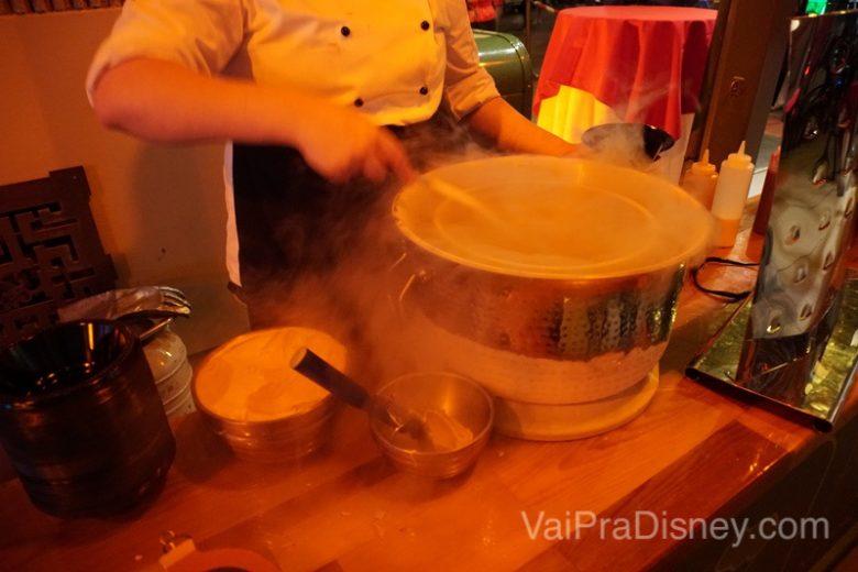 Foto da mousse gelada sendo frita em um tambor