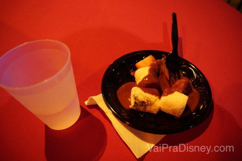 Foto de um prato com marshmallow e morango com chocolate