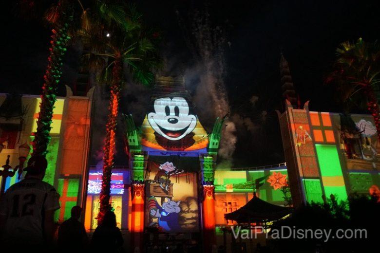 Mais da vista da área VIP do Jingle Bell, Jingle BAM! dessert Party durante o show de projeções, com a carinha do Mickey sobre o Teatro Chinês