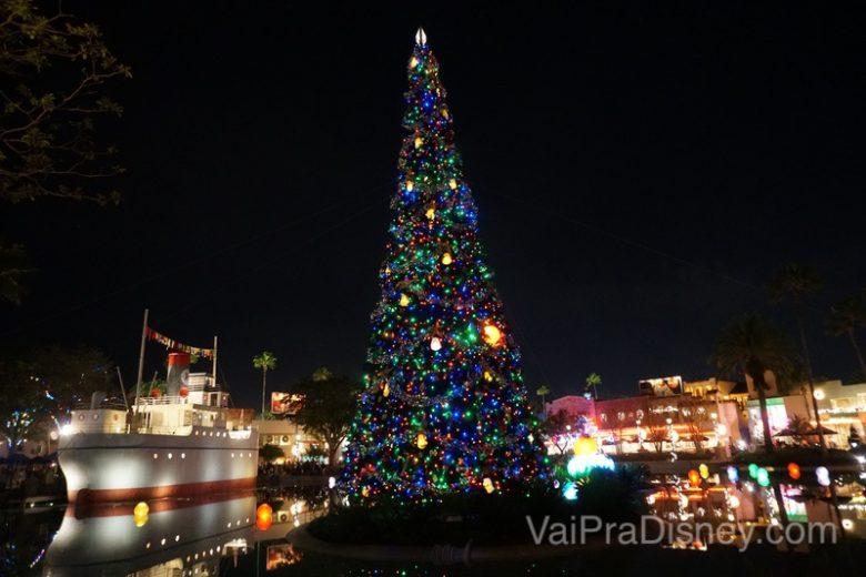 Foto de uma árvore de Natal alta e colorida na Disney