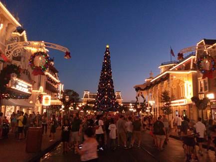Luis e a família ficaram encantados com o Magic Kingdom decorado para o Natal.