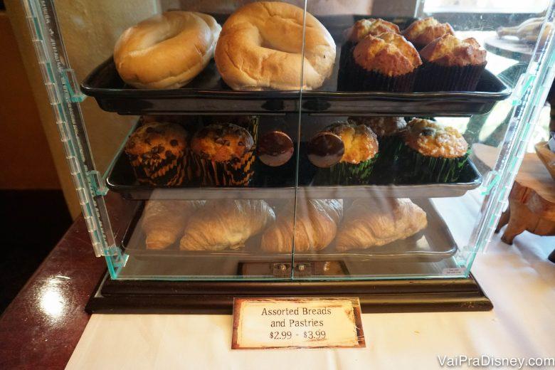 Algumas das opções de pães, muffins e croissants oferecidos no café da manhã