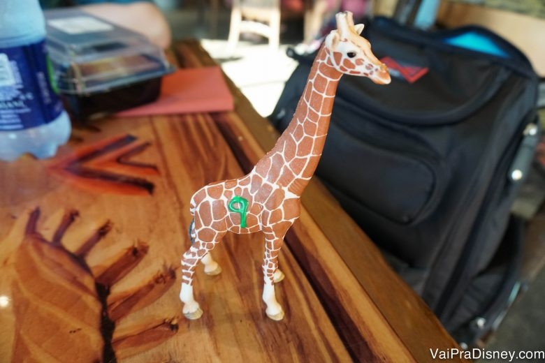 Fizemos nosso pedido, recebemos essa girafa para que nos identificassem e fomos esperar na mesa que escolhemos.