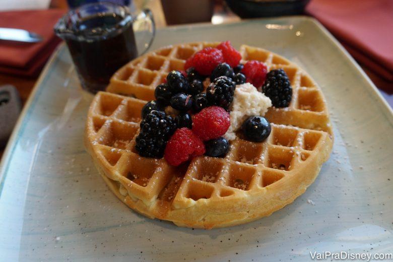 Foto do waffle com frutas vermelhas e chantilly de chai servido no café da manhã do Sanaa, no Animal Kingdom Lodge
