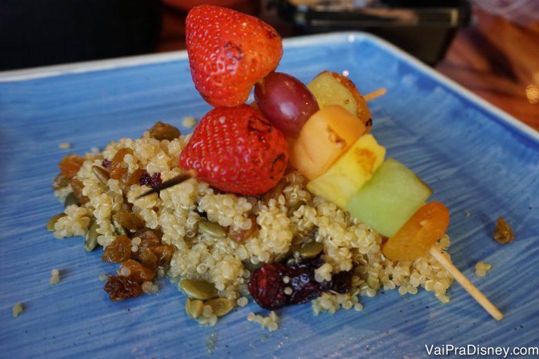Prato saudável e gostoso com quinoa e frutas espetadas em um palito