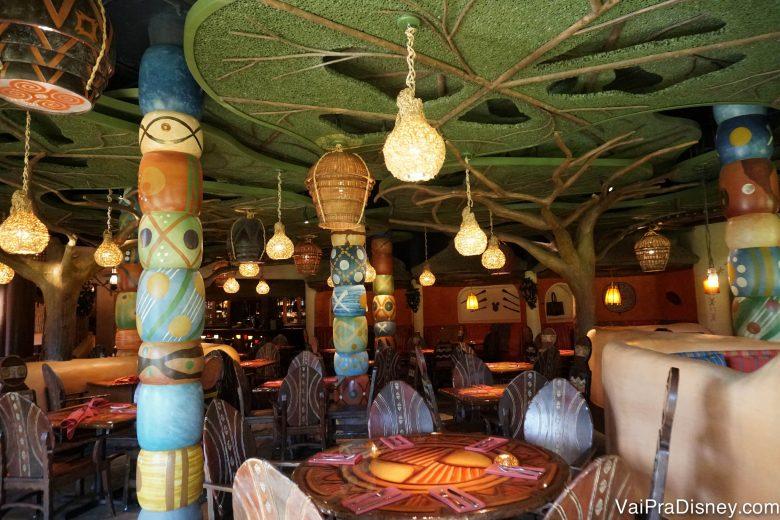 Foto da decoração incrível do Sanaa, remetendo à savana africana
