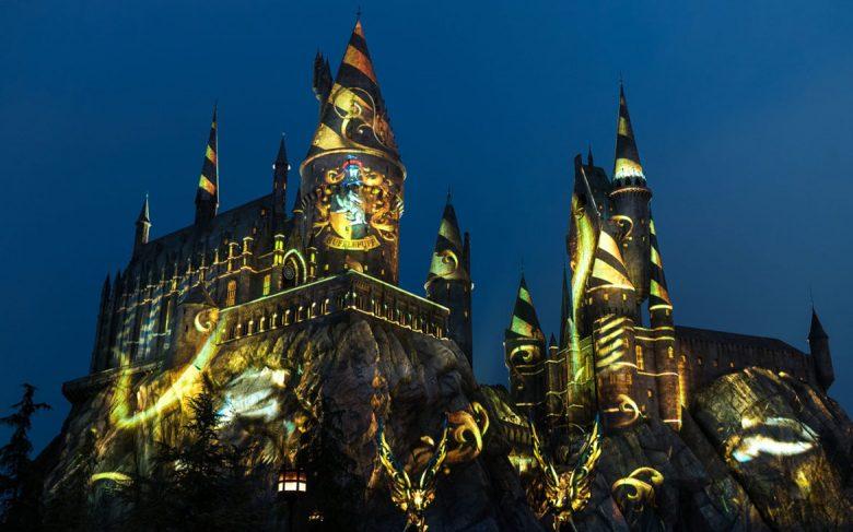 Quando escurece, começa o novo show de luzes e projeções no castelo de Hogwarts.