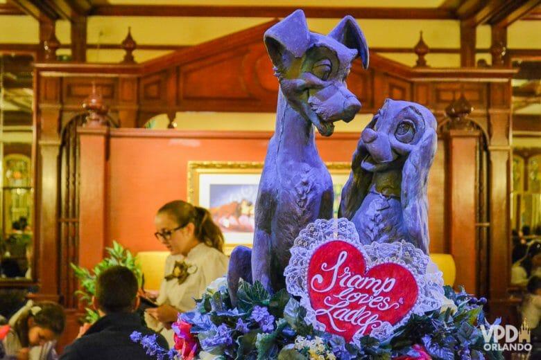 O clima de romance fica no ar em Fevereiro por causa do Dia dos Namorados. Foto da estátua da Dama e o Vagabundo em frente ao restaurante Tony's, no Magic Kingdom, em comemoração ao Dia dos Namorados
