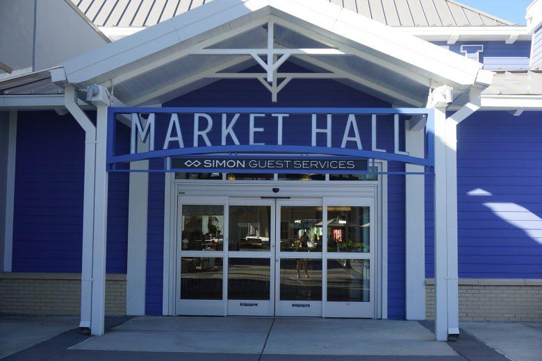 Foto da entrada da praça de alimentação e Information Center do Premium de Tampa, chamada de Market Hall