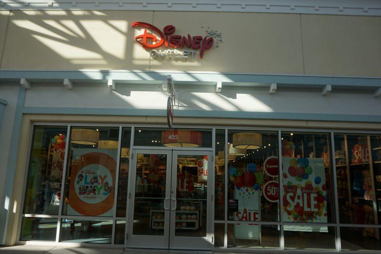 Foto da fachada da loja da Disney no  outlet em Tampa