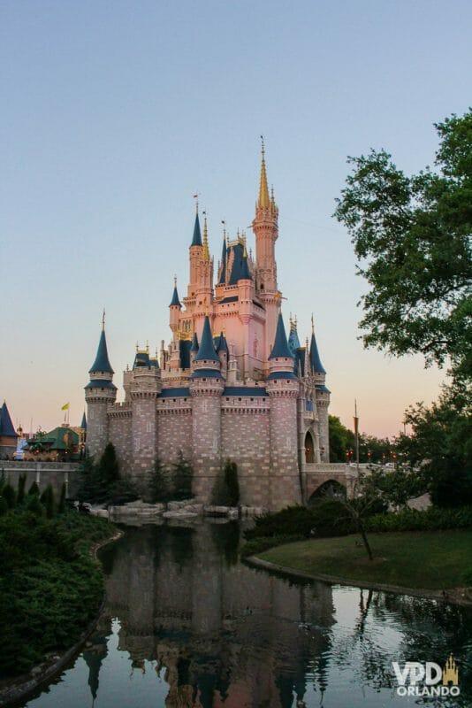 Os dias ficam mais longos a partir de março! Foto do castelo da Cinderela no Magic Kingdom, com o céu começando a escurecer.