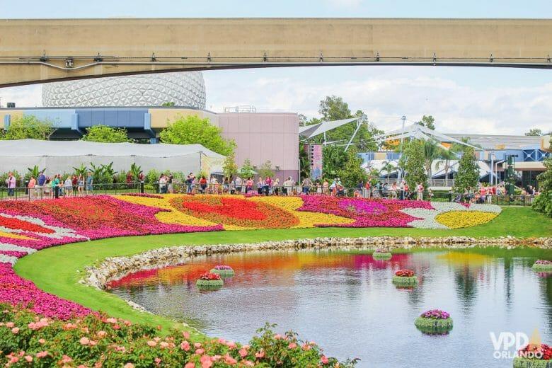 Imagem do Flower & Garden Festival do Epcot em maio. É possível ver o lago com as flores ao redor, formando Mickeys e outros desenhos.