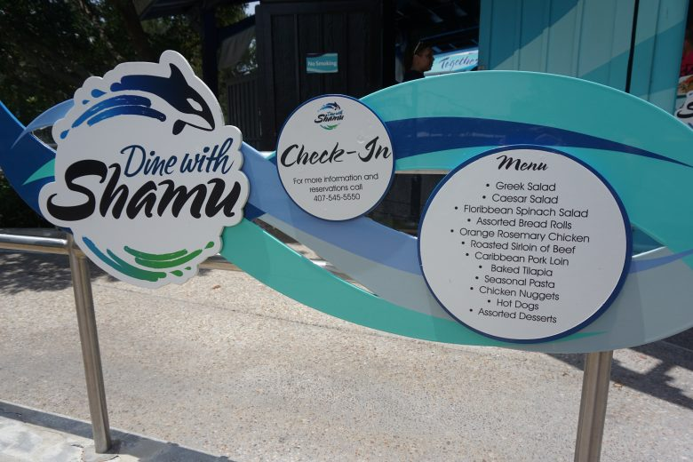 Foto da placa na entrada do restaurante anunciando o Dine with Shamu, a refeição com as baleias no SeaWorld