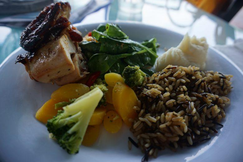 Prato com arroz, legumes, carne de porco e purê de batata