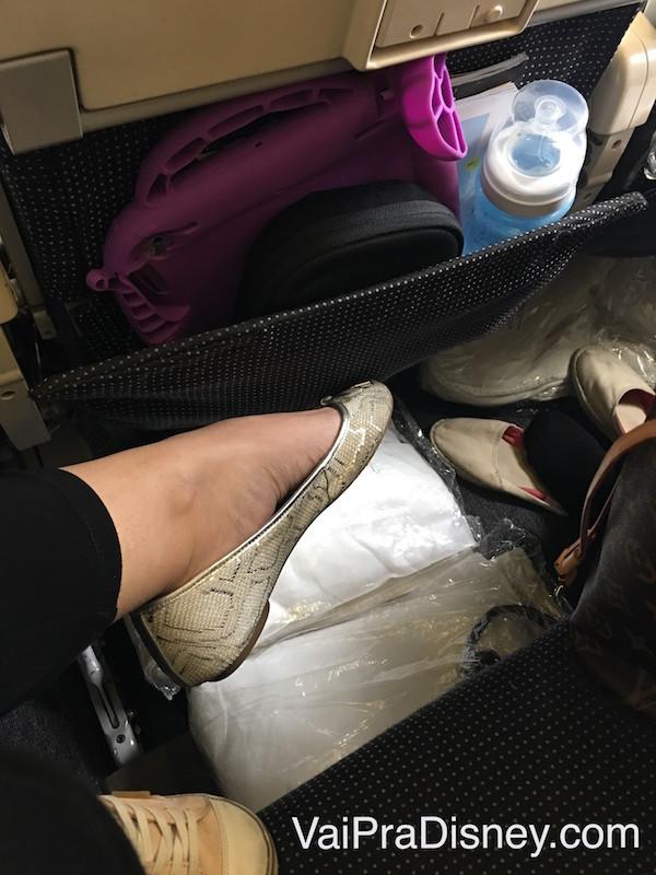 Uma pequena parte das coisas da Julia já espalhadas no avião, prontas para entrarem em ação! A gente tenta deixar tudo que a gente acha que vai precisar mesmo já com a gente nas poltronas.