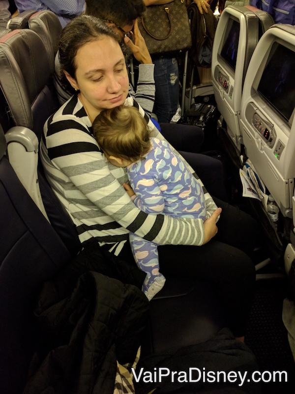 Cenas da vida real! A fase em que a Julia queria prestar atenção em cada som do avião e me contar foi a mais complicada para vôos noturnos.