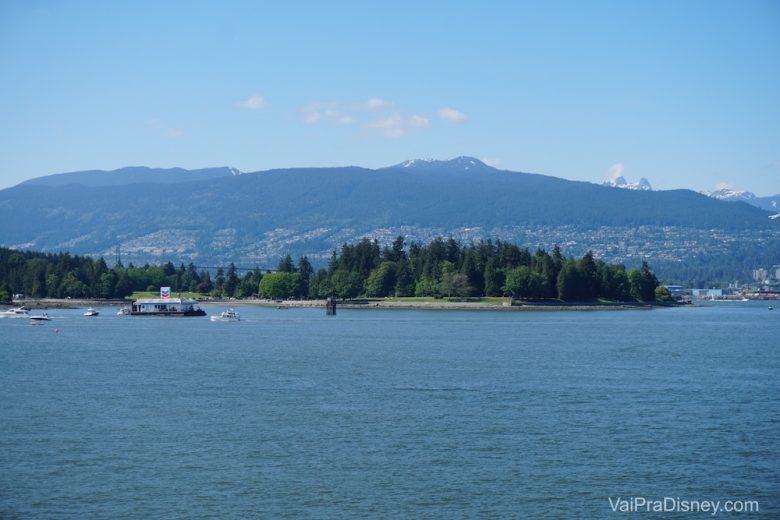 Foto da vista das montanhas de Vancouver antes mesmo de sair do porto durante o cruzeiro pelo Alaska