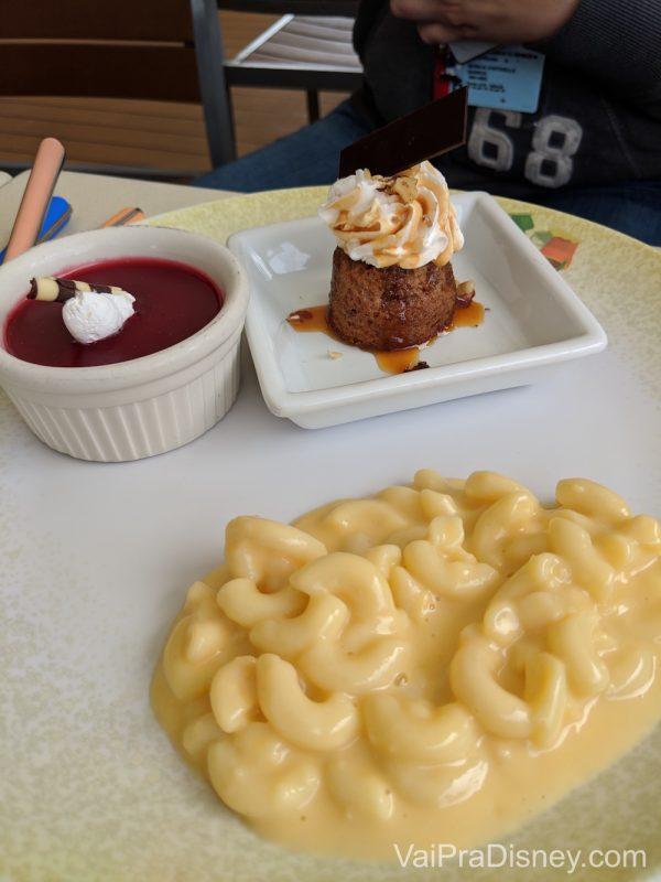Foto das misturas no prato da Mônica no primeiro dia de cruzeiro do Alaska: mac & cheese e docinhos