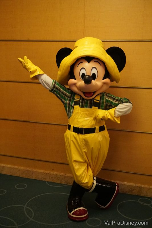 Mickey com trajes especiais para a viagem, é claro!