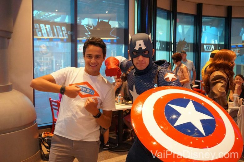 Henrique com o Capitão América no jantar com personagens da Marvel