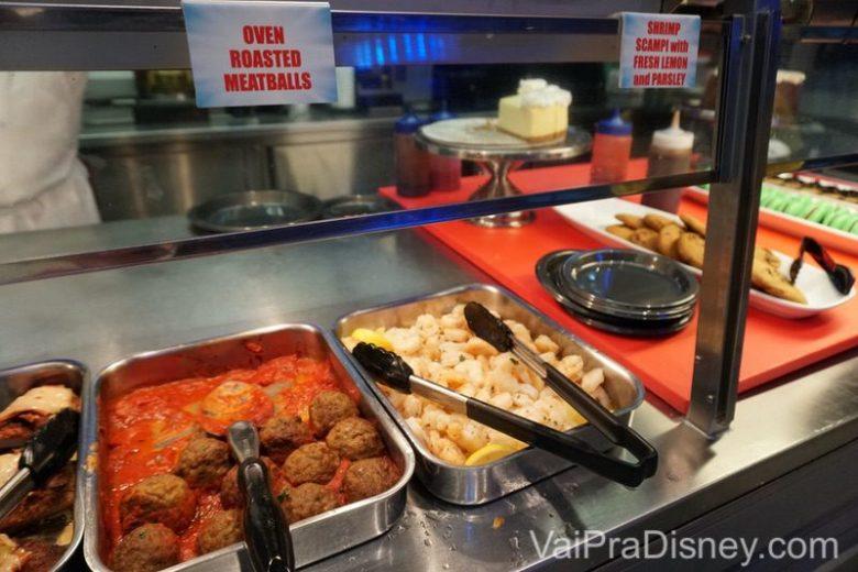 Algumas das opções do buffet: almôndega e camarão.