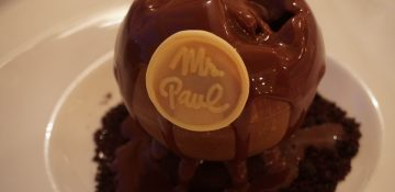 Foto da esfera de chocolate servida na sobremesa do Monsieur Paul