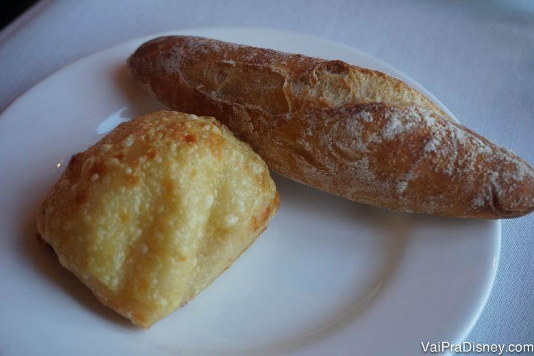 Pão de queijo quentinho! Pode trazer mais 12, por favor!