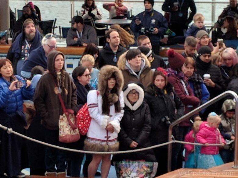 Foto da visitante que sempre usava a mesma roupa da Minnie durante o cruzeiro do Alaska