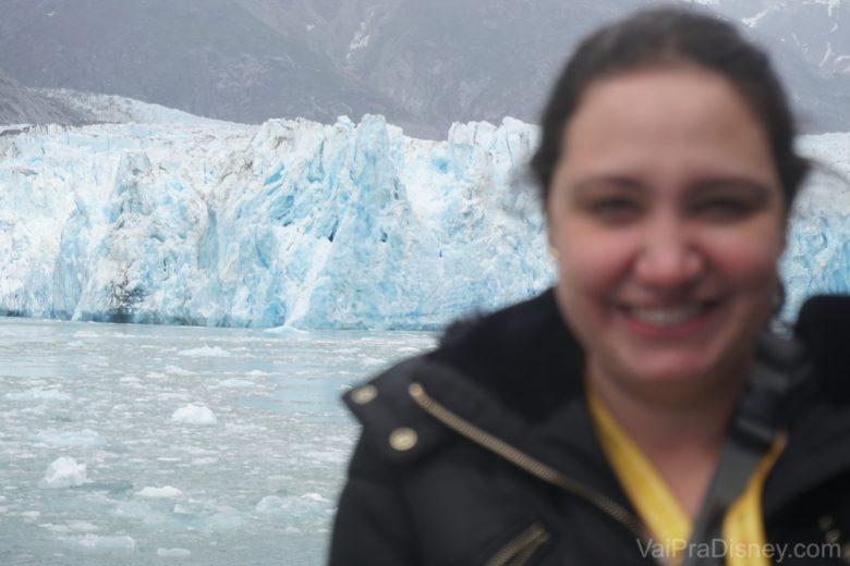 Foto desfocada da Renata sorrindo com a geleira ao fundo