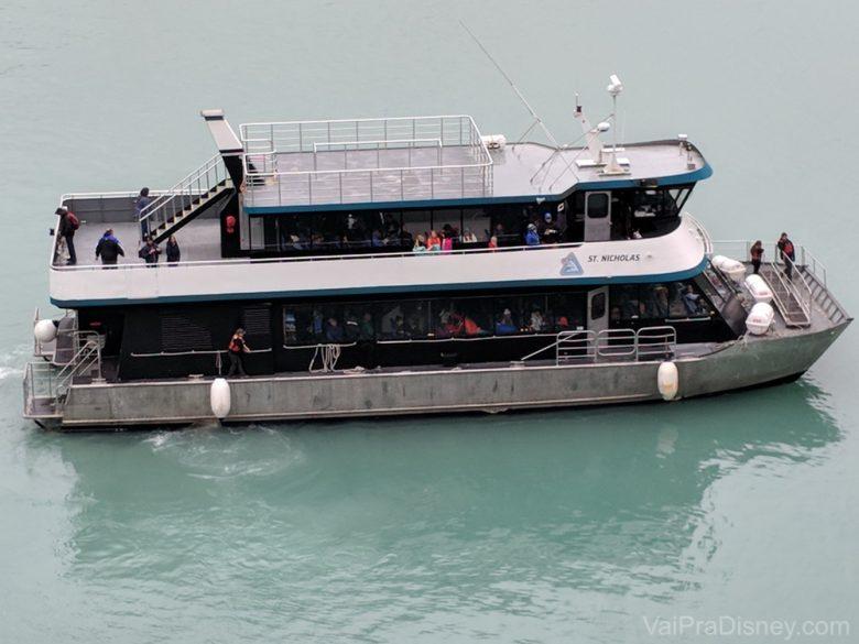 Foto do barquinho que leva os visitantes aos passeios no cruzeiro