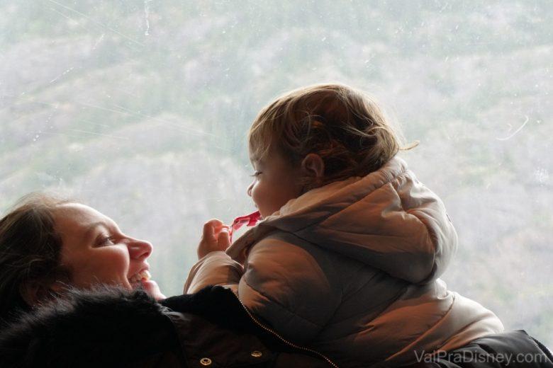 Foto da Renata levantando a Julia no colo